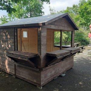 Predajny dreveny stanok Rozmery domčeka: 2,5 x 2,5m Rozmery strechy: 2,8 x 2,8m Výška domčeka: 2,2m Rozloha: 6,25m2 Materiál: smrek ZOO Brno 2,5 x 2,5m Rozmery domčeka: 2,5 x 2,5m Rozmery strechy: 2,8 x 2,8m Výška domčeka: 2,2m Rozloha: 6,25m2 Materiál: smrek